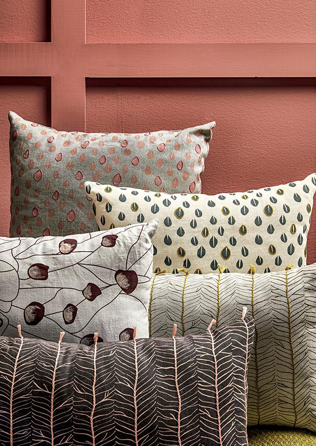 El algodón, los estampados, el lino italiano y los bordados a mano son los elementos que caracterizan el trabajo delicado y lleno de detalles de los cojines Mila, Lola y Harriet de Juliana Hurtado para Mrs. Lovegood.