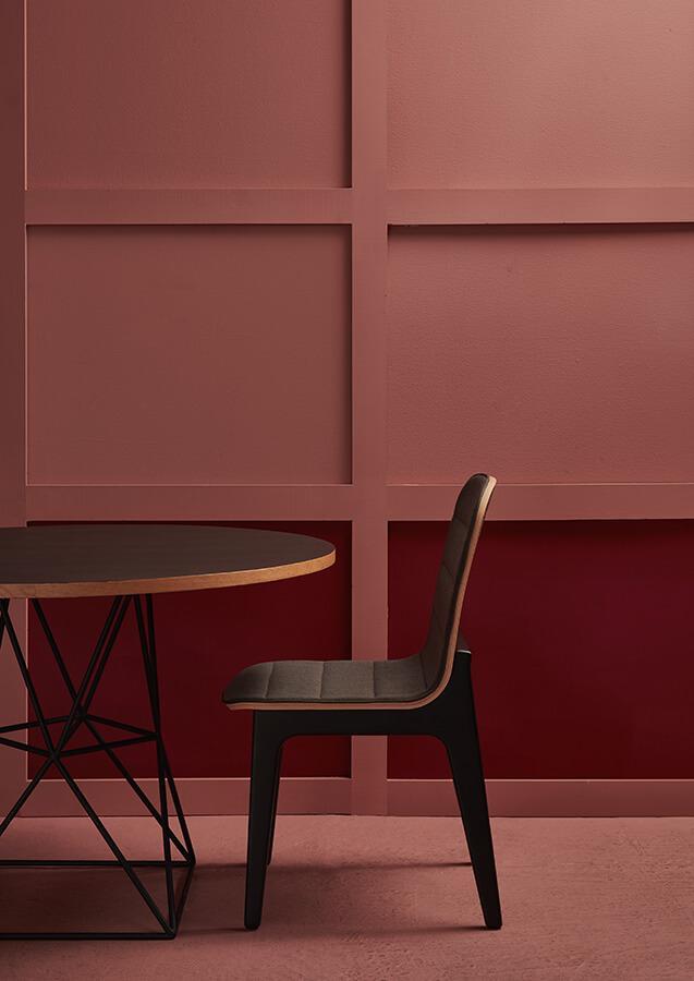 El aspecto geométrico y las líneas simples de la mesa Lía y la silla Elena diseñadas por Juan Camilo Fernández para La Geppetería, enfatizan el sello de una marca joven. Las piezas están elaboradas en roble macizo y tapicería en tela y cuero.