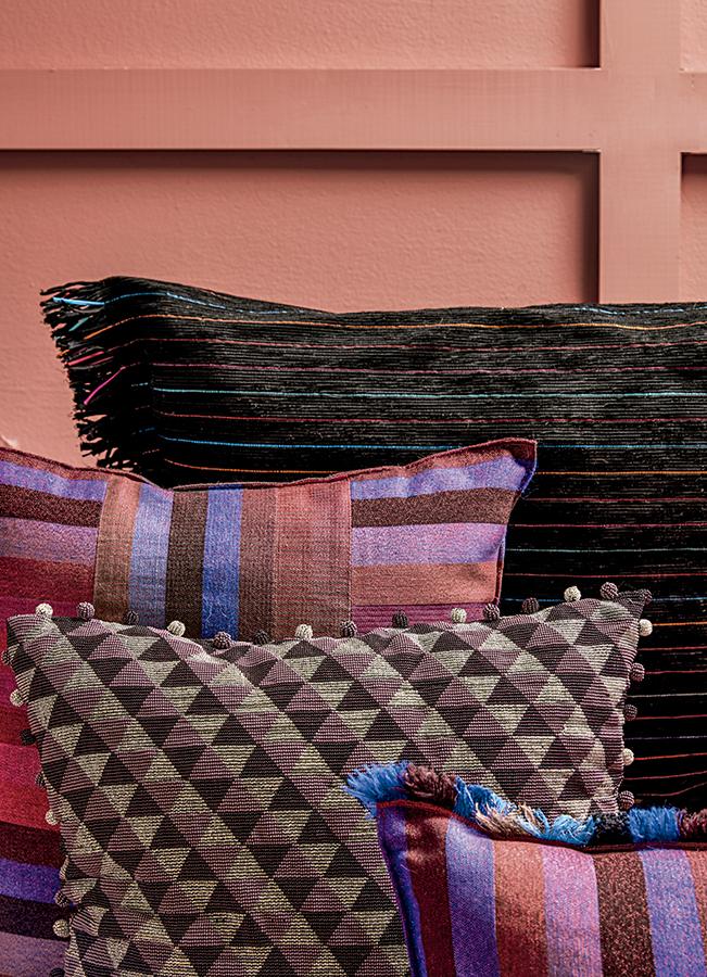 Los textiles Superchili y Salamina son cien por ciento artesanales y elaborados por Hehizoo, para los cojines de la boutique Miscelánea Popular. Materiales como la lana, alpaca, el lino, hilo polimetal, la cinta velvet, la cinta raso y los canutillos, componen está línea de accesorios de lujo.