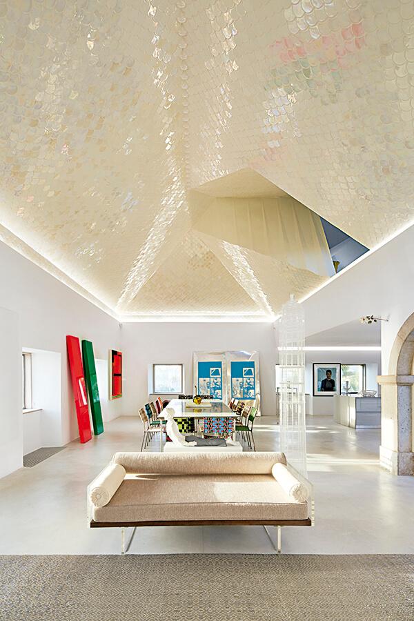 """La casa misma fue dando las geometrías y las líneas que hay en el techo"""", explica el arquitecto. A la izquierda resalta la obra de color rojo y verde del artista norteamericano John McCracken."""