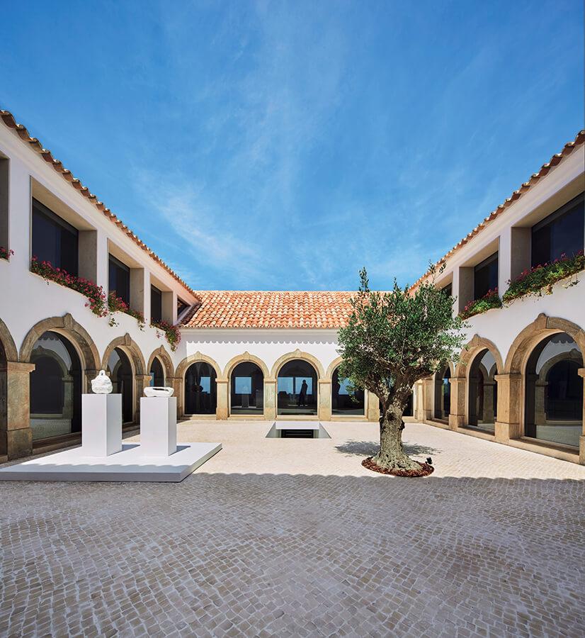 En el patio interior, en el primer nivel, se mantuvieron los arcos de piedra originales de la vivienda.