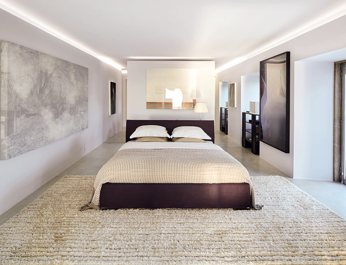 En la alcoba principal predominan el beige y el chocolate. El piso y el tono de los muros mantienen la unidad con el resto de la casa. En la pared a la izquierda, una obra de Lin Tianmiao, de China. Sobre la cama una fotografía de la norteamericana Louise Lawler.