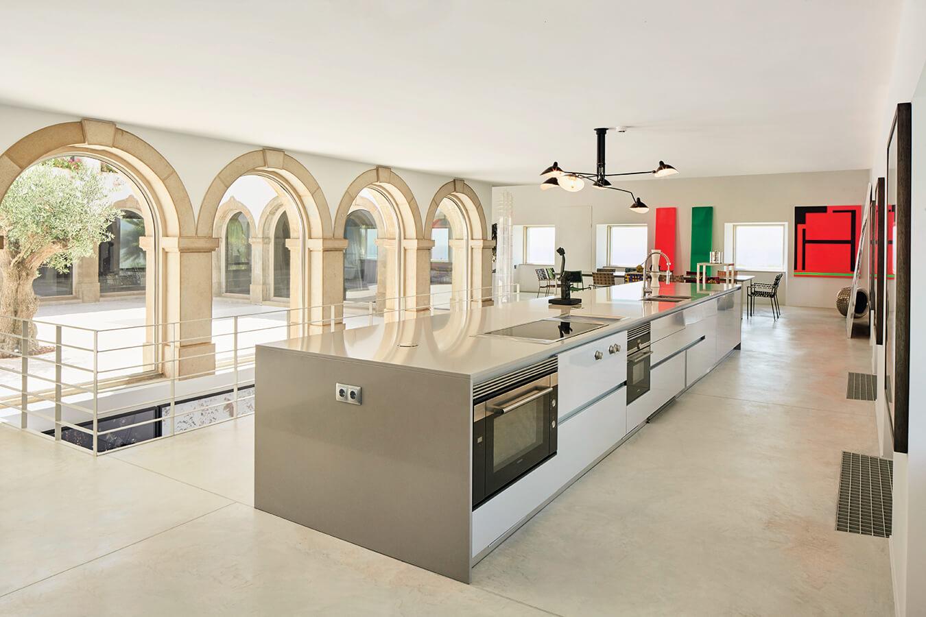 La cocina está completamente abierta y articula la zona social de la casa. En la parte superior, en el segundo piso, se encuentran las habitaciones para huéspedes.