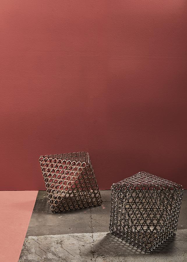 Butacos metálicos elaborados de aros de acero soldados residuales de material automotriz. Son una creación de la artista Claudia Hakim para la tienda del MAMBO.