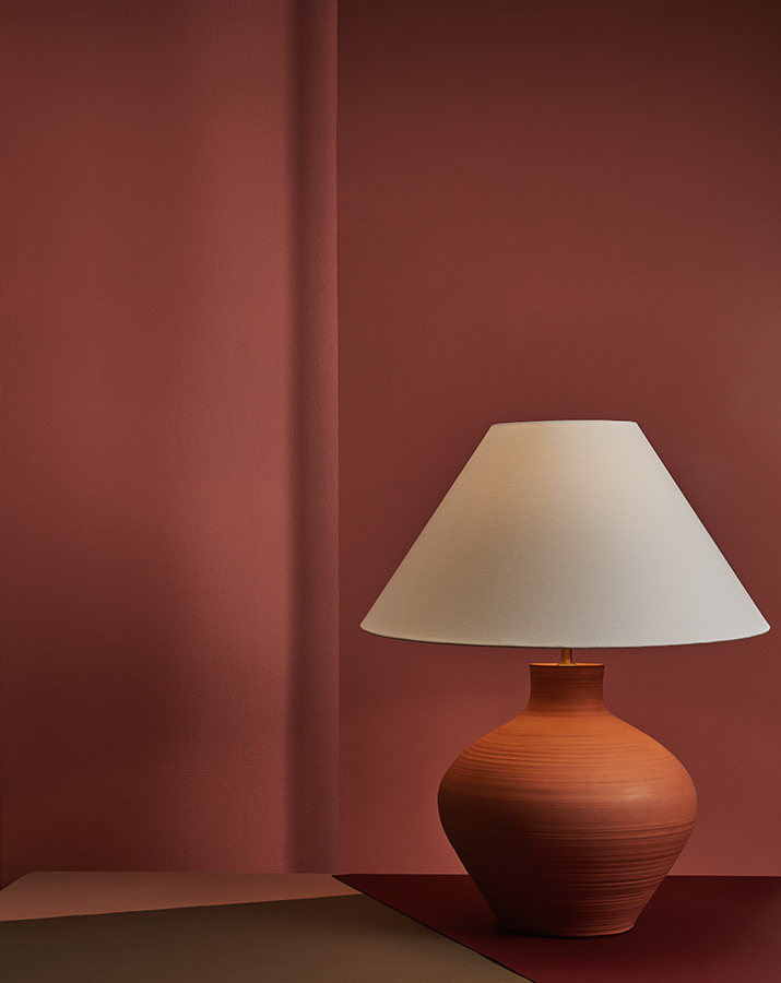 Rescatando ese elemento único que brinda lo artesanal, esta lámpara de mesa con una base en cerámica elaborada por la ceramista Lina Pardo, es un diseño por pedido de la galería Deimos Arte.
