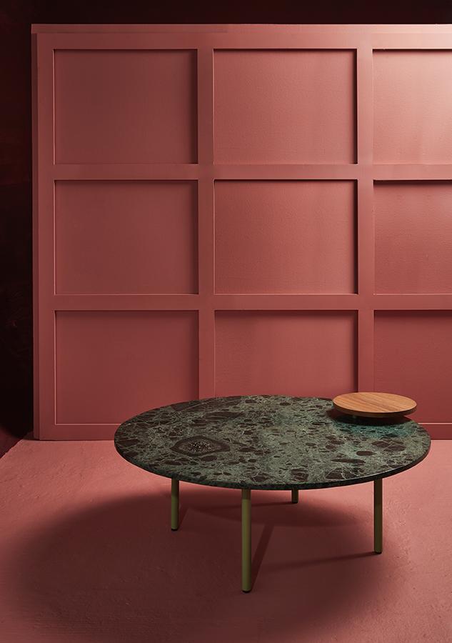 La mesa WW diseñada por Jimena Londoño y Eugenia Robledo para Folies es una fusión de metal con pintura el horno, madera y mármol, representa un diseño de vanguardia de influencia neo-memphis. Forma parte de la colección LOOS.