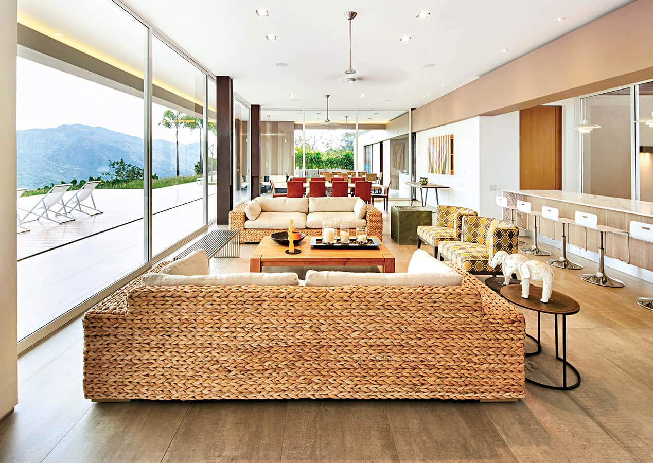 Los continuos ventanales de piso a techo protegen la casa del exterior sin interrumpir la íntima relación de los espacios interiores con su entorno.