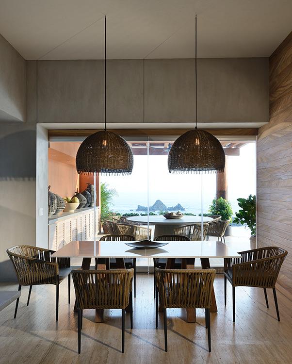 Con una playa del Pacífico mexicano como telón de fondo, esta casa de dos pisos pasó por un proceso de remodelación donde la gran mayoría del mobiliario fue creado milimétricamente para este proyecto.