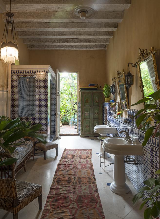 Gracias a un trabajo de restauración meticuloso y fiel a la historia de esta casa, sus muros respiran la esencia colonial cartagenera.  Foto: Iván Ortiz.