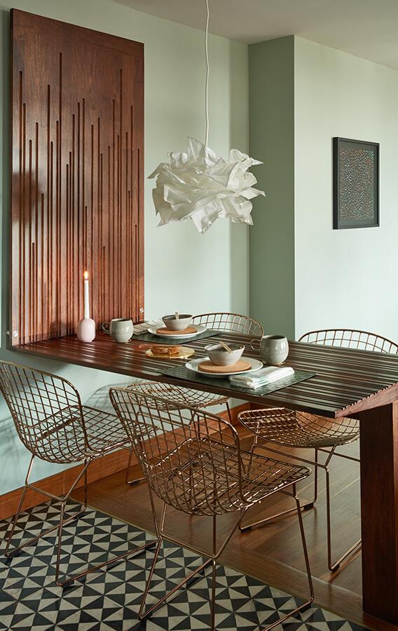 El comedor de flor morado fue diseñado especialmente para este espacio. Elementos como la vajilla, los posavasos de corcho, la lámpara de techo y las sillas metálicas aportan al ambiente un estilo nórdico y calidez japonesa.