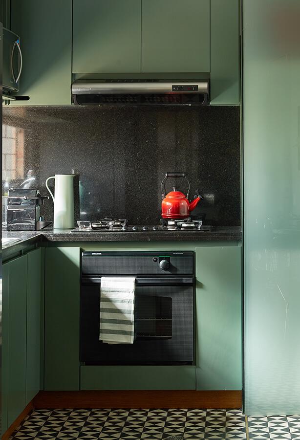 Las estanterías originales de cedro colorado de la cocina fueron remplazadas por unas pintadas  con poliuretano verde militar.