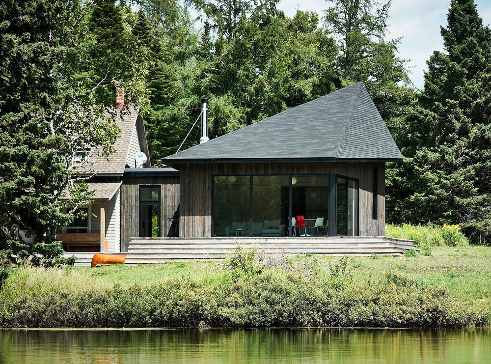 CASAS HERMANAS Este proyecto es una reflexión sobre la integración de un nuevo edificio en un entorno natural. No pretende dominar el paisaje, sino ser parte de él. Un proyecto del arquitecto Anik Péloquin.