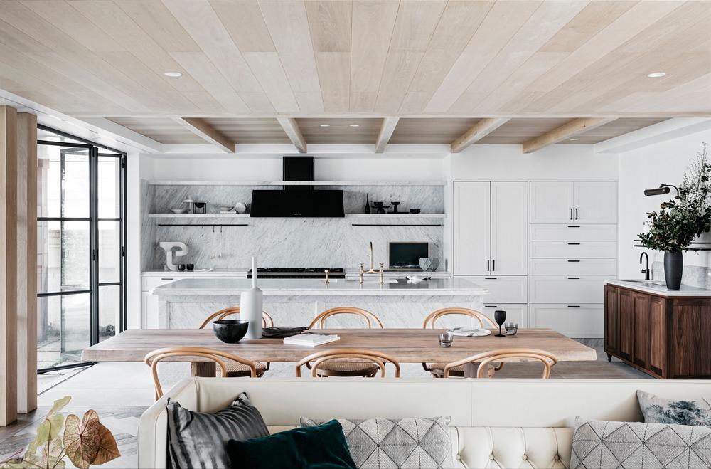 AUSTRALIA La transformación de una villa de vacaciones frente al mar en Palm Beach, Sydney a cargo del estudio Alexander & Co. es un acercamiento a la arquitectura vernácula tradicional europea, que explora detalles de calidad a la medida.