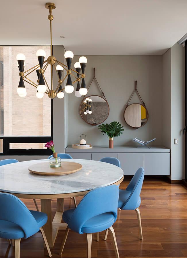 La lámpara sobre el comedor es diseño del estadounidense Jonathan Adler. El juego que plantea con los espejos circulares de la firma danesa Muuto le da un aire alegre al espacio.