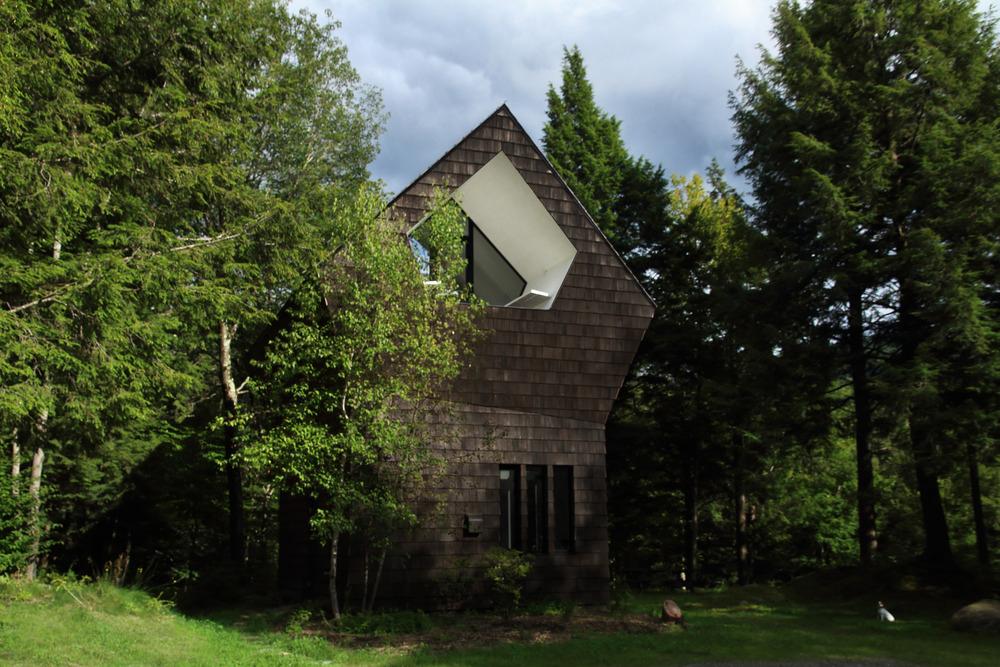 LA CASA / ÁRBOL Un refugio en el bosque diseñado por el estudio de arquitectura canadiense YH2, que recuerda una casa de pájaros.