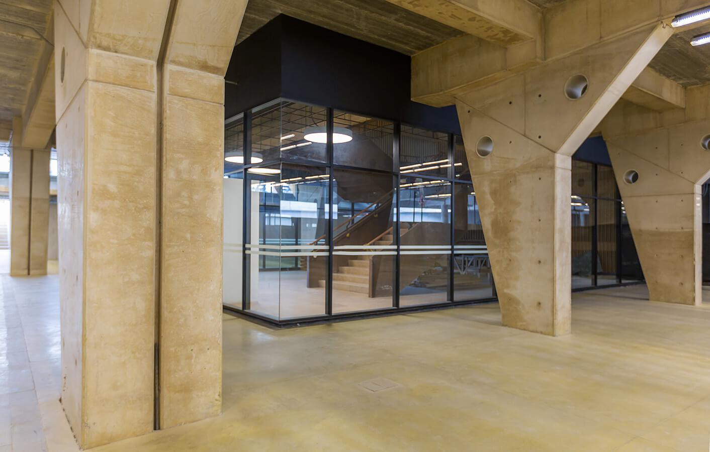Para la construcción del edificio emplearon un total de 29.000 m3 de concretos para cimentación.