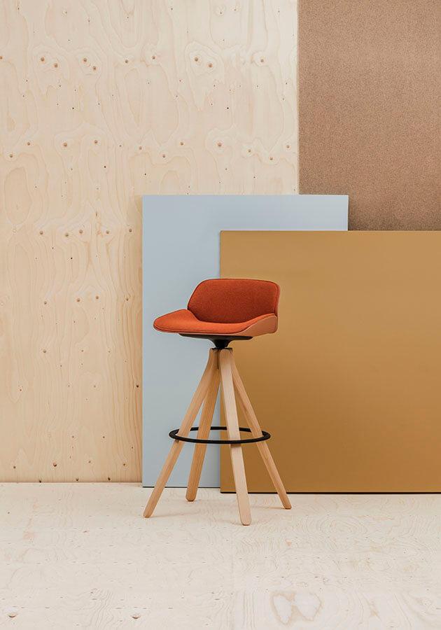 La serie de butacas de la colección Nuez, diseñada por la española Patricia Urquiola para Andreu World, presenta una nueva carcasa envolvente y tecnológica que parte de la idea de crear un asiento modulándolo como si fuera una hoja de papel. Nuez ofrece una doble textura: la de su carcasa –formada por ondulaciones tridimensionales que la dotan de movimiento– y la de su tapicería, que supone además de una manufactura compleja y estudiada, una auténtica innovación.