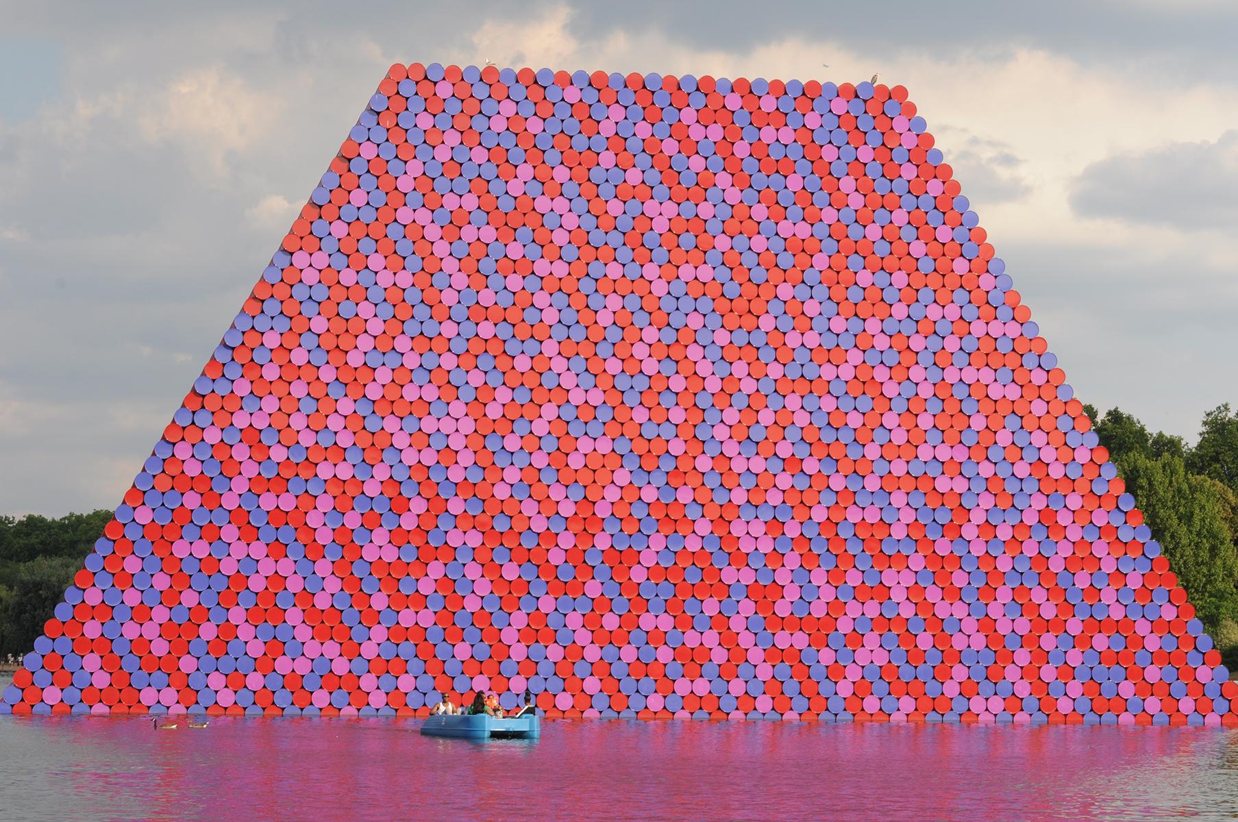 <a href='https://revistaaxxis.com.co/el-diseno-escultural-de-christo-en-el-hyde-park-de-londres/'><h2>El diseño escultural de Christo</h2>Este verano se inauguró la más reciente obra del reconocido artista búlgaro Christo, una colorida escultura temporal en el Hyde Park de Londres.</a>
