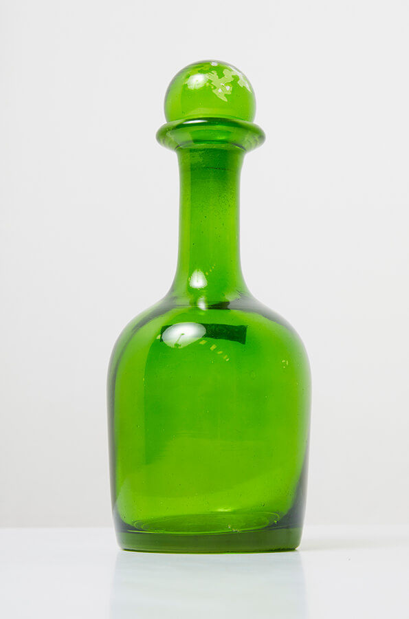 Botella decorativa, ref. Concepts, de vidrio verde, $74.950, de Home Sentry.
