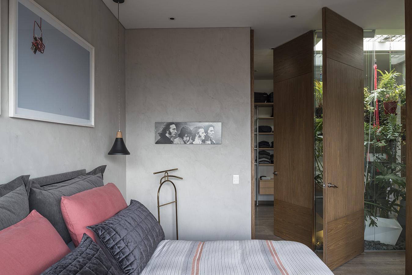 Rodeado por ventanales de piso a techo en prácticamente todo su perímetro, este apartamento aprovecha visuales privilegiadas hacia un parque en el norte de Bogotá mientras goza de la enorme cantidad de luz natural que baña su interior.