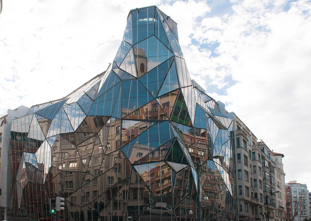 Osakidetza, Este edificio es una de las construcciones que más repercusión mediática internacional ha tenido en la historia reciente de Bilbao.