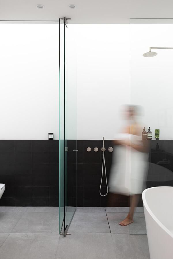 5. En el baño principal de esta casa de pequeño formato en Vancuver, Canada, el tragaluz inunda el espacio y la ducha con luz suave y difusa. Un diseño de Falken Reynolds. Foto: Ema Peter.