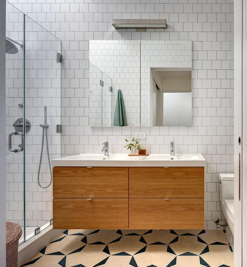 Elementos claves de roble se mezclan con baldosas de cemento y mosaicos de cerámica azul y blanca, en los baños de esta casa en Nueva York, Estados Unidos, diseñada por BFDO Architects. Foto: Francis Dzikowski.
