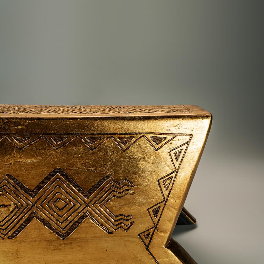Banco Sikuani tallado por el  maestro Ramiro Moreno intervenido con hojilla de oro por el diseñador David Del Valle.