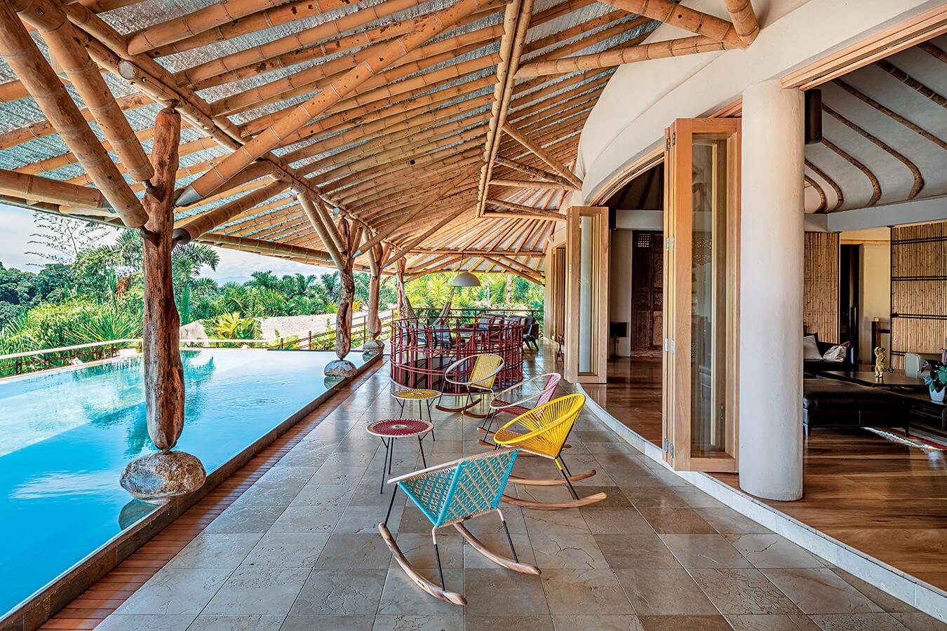 """Las columnas principales, distribuidas en el perímetro de la casa, se hicieron en madera de matarratón. """"Se da mucho en torno al río Magdalena y al río Cauca, muy fuerte y resistente, pero muy torcida, por lo cual se usa muy poco en la industria de la construcción"""", explica el arquitecto."""