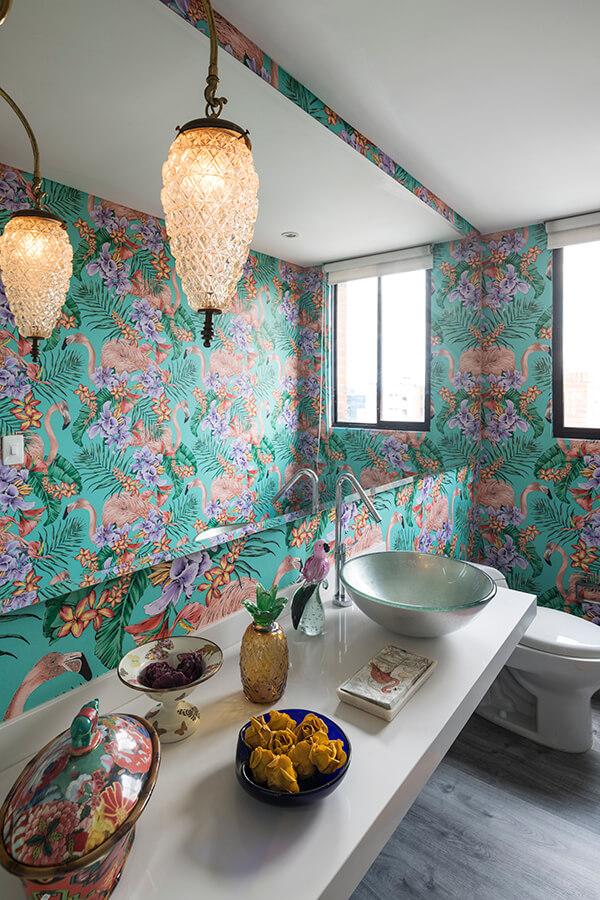 El papel de colgadura del baño tiene un diseño rompedor, concebido por el británico Matthew Williamson.
