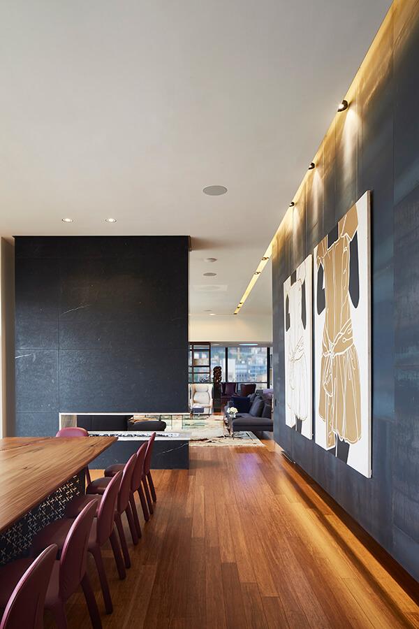 Integrados por el diseño interior de Daio Studio, a cargo de la arquitecta Henny Díaz, los acabados cuentan su historia en el ambiente de este apartamento dúplex de 1.600 metros cuadrados, ubicado en los pisos 11 y 12 de un edificio residencial al oriente de Bogotá.