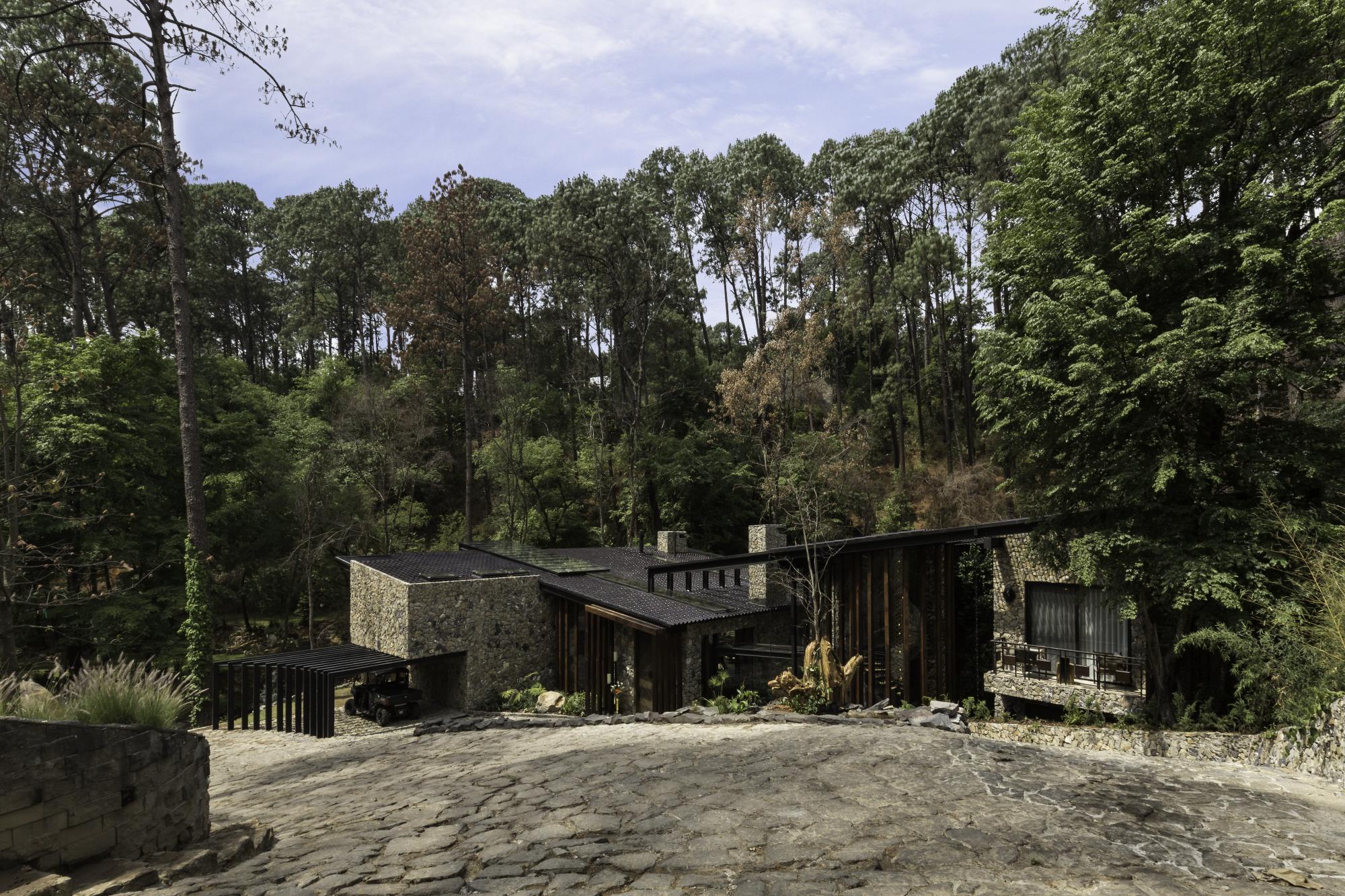 <a href='https://revistaaxxis.com.co/un-refugio-rio-casa/'><h2>Un refugio familiar divido por un río que comienza en la entrada principal y rodea toda la casa</h2>Este proyecto se compone de dos espacios, uno privado y otro abierto dividido por un río que comienza en la entrada principal y rodea toda la casa.</a>