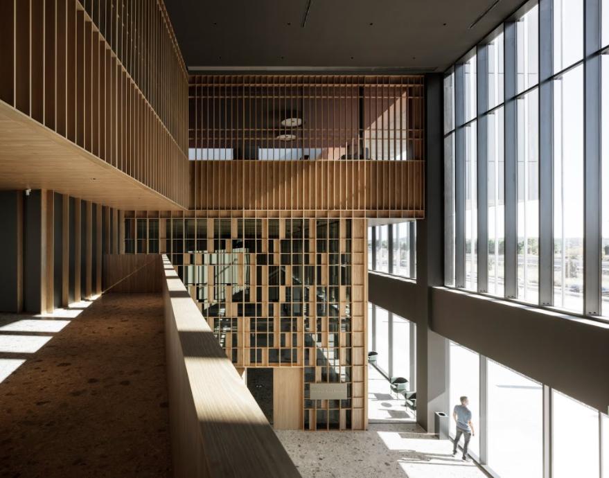 Finalizadas en agosto de 2020, estas oficinas en Llíria, España, están distribuidas en dos grandes bloques: tecnológico y corporativo. El vacío entre las estructuras crea un patio protegido del sol, ideal para actividades de descanso e interacción al aire libre.